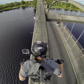 [動画] トライアルバイクでアーチ橋の上を渡る人