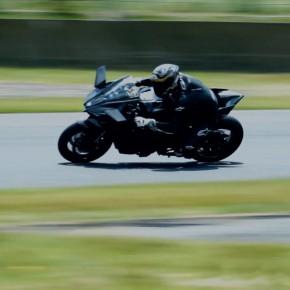 [バイク] 公道モデル「Ninja H2」のフォルム、レース仕様車「H2R」の走行動画が公開