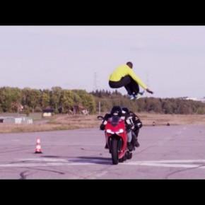[バイク動画] 時速110kmで突進してくるバイクをハイジャンプで交わすスタント