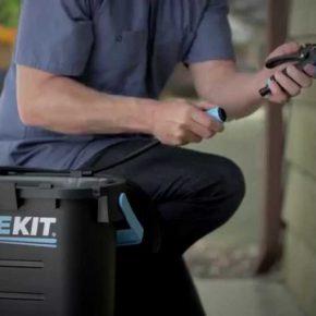 洗車に災害に、電源もポンピングも不要なポータブルシャワー「RinseKit」