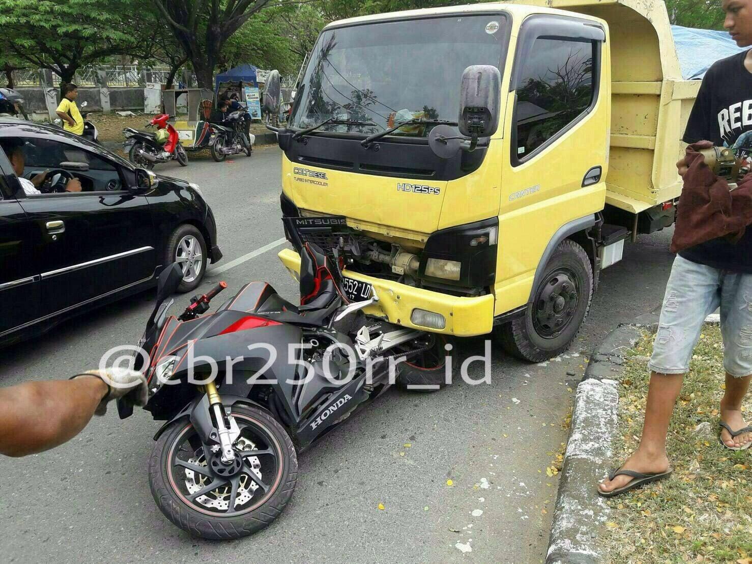 インドネシアで「CBR250RR」が追突されて廃車に